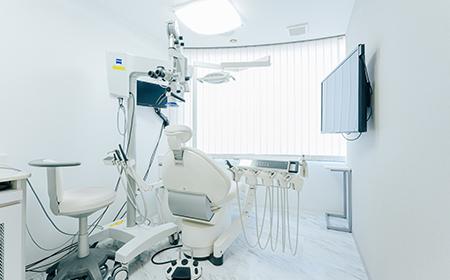 自由が丘の歯医者三好歯科自由が丘の根管治療を行うマイクロスコープのある個室診療室