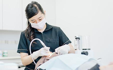 自由が丘の歯医者三好歯科自由が丘の歯科衛生士によるGBTコンセプトに基づく歯のクリーニング