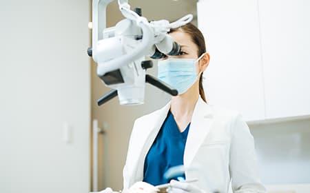 三好歯科 自由が丘の根管治療専門の医師によるマイクロスコープを用いた治療風景
