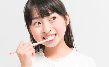 三好歯科 自由が丘の小児歯科 子どもが歯みがきしている画像
