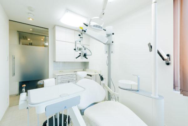 三好歯科 自由が丘の白い診療台がある診療室