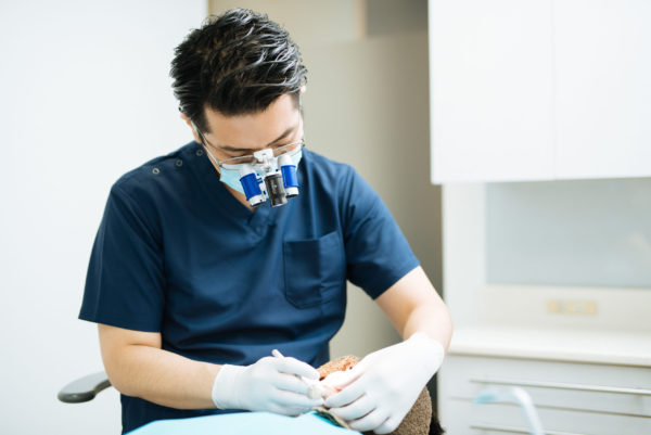 三好歯科 自由が丘 虫歯治療で歯の詰め物をする院長